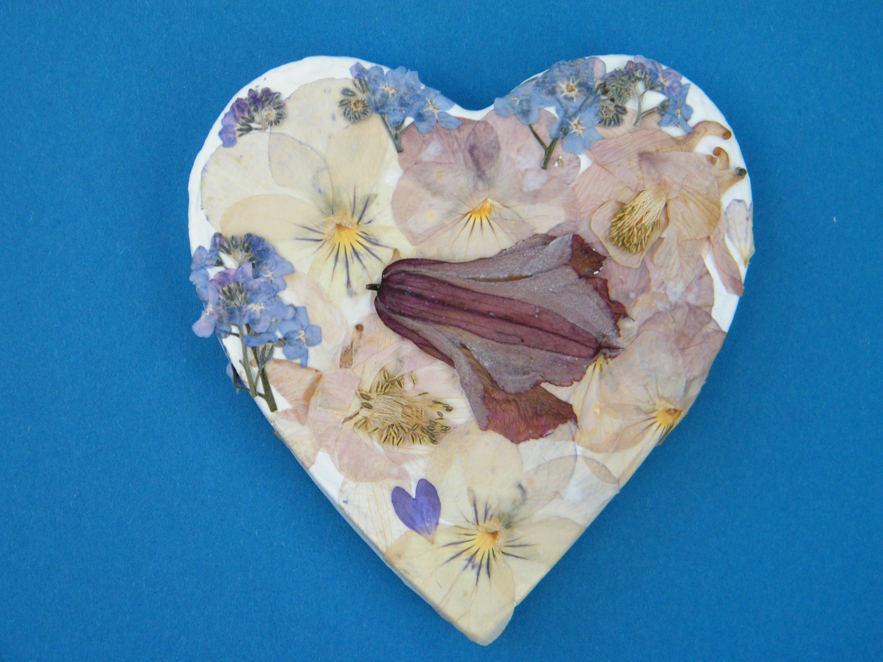 Pressed flower heart box dried flower crafts for Dried flowers for crafts